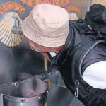 Die Jakobsmuschel ziert auch die Wasserstelle, an der sich der Pilger erfrischt.