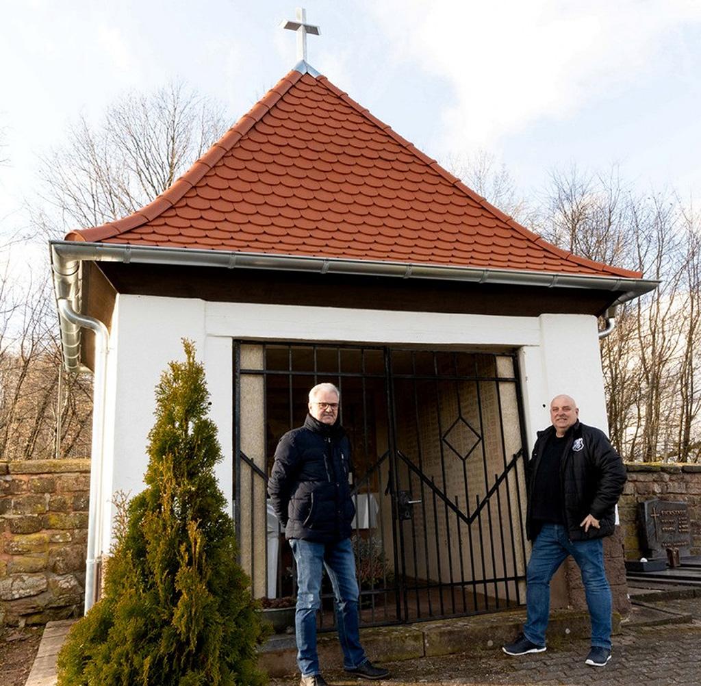 Foto: Jagdvorstand Klaus Gütermann und Bürgermeister Alexander Frey (v.l.) sind mit dem ersten Sanierungsschritt der Friedhofskapelle sehr zufrieden. (Foto: Teuscher)